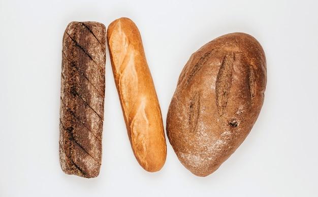 Panes de centeno y pan de trigo sobre un fondo blanco.
