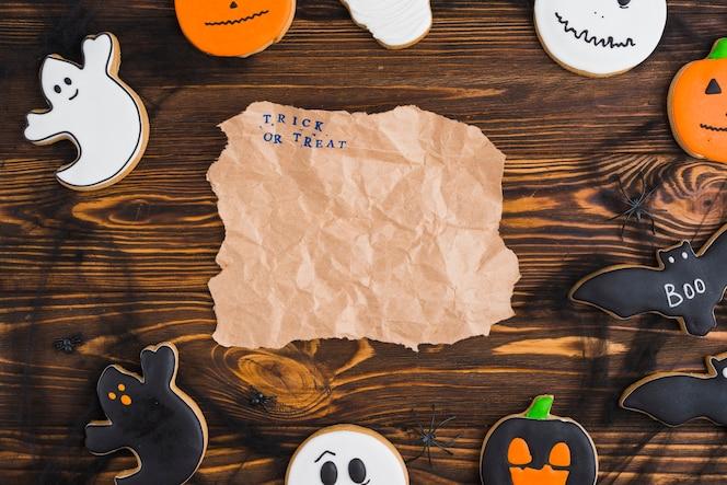 Panes de jengibre de halloween dispuestos en círculo con papel artesanal