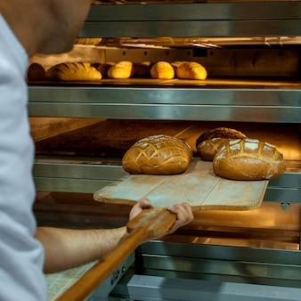 Panes frescos cocidos en horno