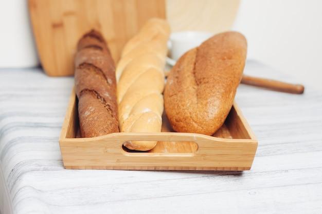 Panes frescos en un granero en la mesa desayuno cocina comida