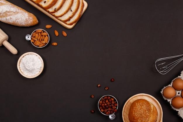 Panes o panes caseros, croissant e ingredientes de panadería.