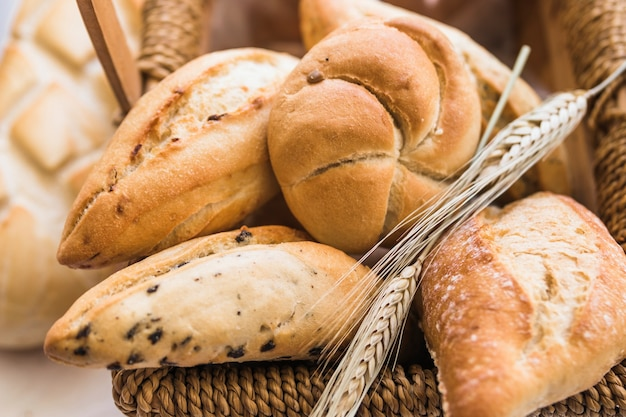 Panes de pan con ramas de trigo