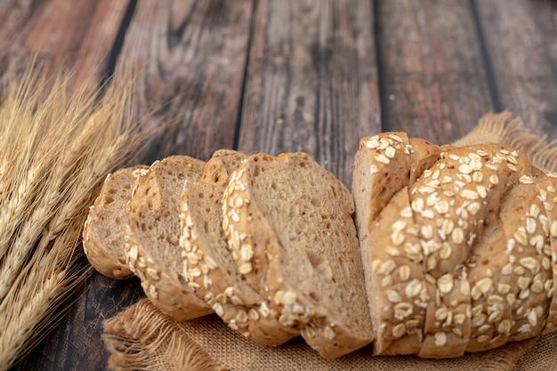 Panes rebanados y trigo en la bolsa.