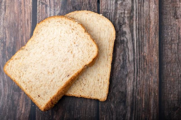 Panes de trigo entero sobre madera
