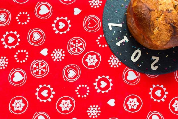 Panettone con chocolate y decoración navideña