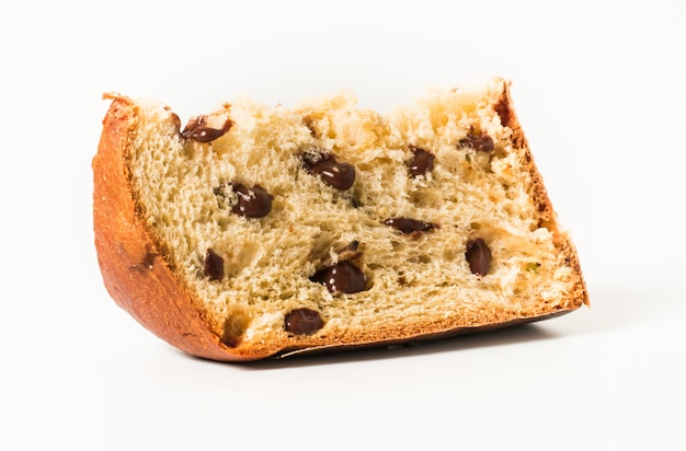 Panettone es el postre tradicional italiano para navidad con chocolatte aislado en blanco