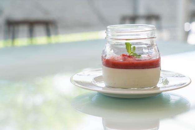 Panna cotta con salsa de fresa