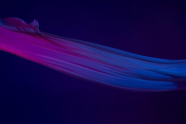 Paño azul transparente elegante liso separado sobre fondo azul.