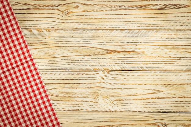 Paño de cocina en mesa de madera.