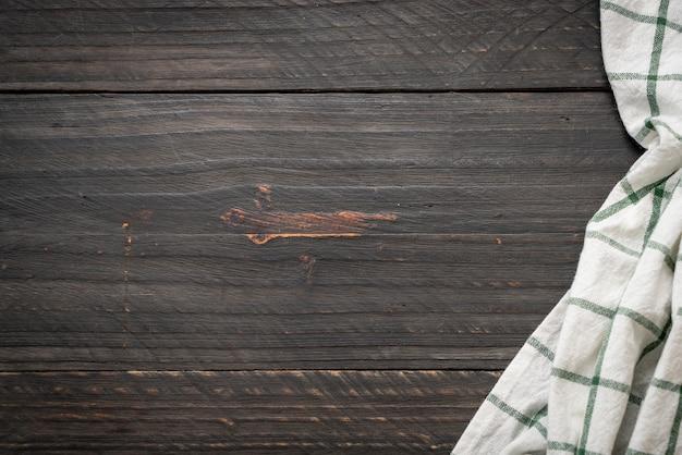 Paño de cocina (servilleta) sobre fondo de madera