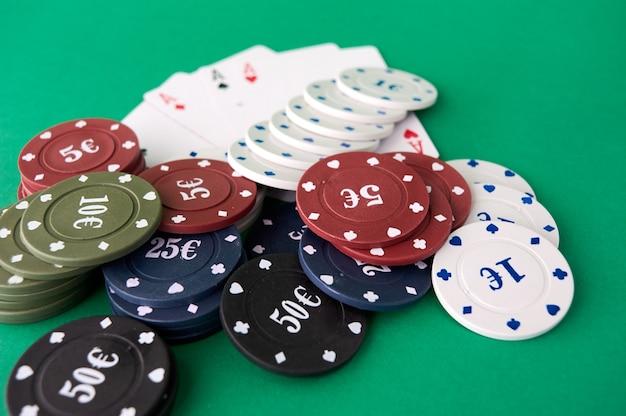 Paño de póquer, una baraja de cartas, mano de póquer y fichas.