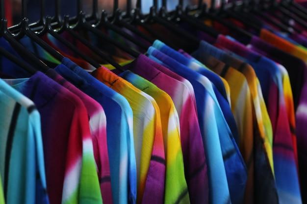 Paño en tienda, camisa y vestido.