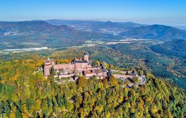 Panorama aéreo del chateau du haut-koenigsbourg en las montañas de los vosgos. una de las principales atracciones turísticas de alsacia, francia