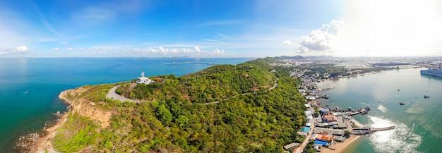 Panorama aéreo, faro en las laderas costeras del servicio de tráfico del buque sriracha vts