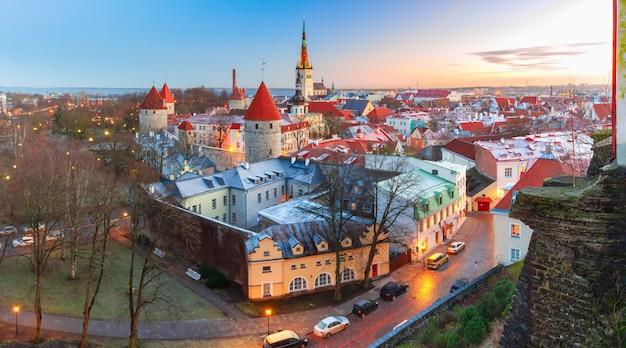 Panorama aéreo pf casco antiguo medieval en tallin, estonia