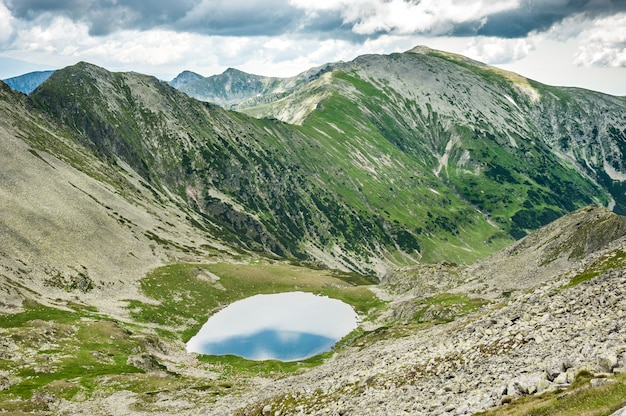 Panorama de alta resolución de las montañas retezat, rumania, europa