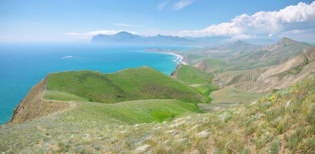 Panorama de la bahía de primavera de mar y montañas.
