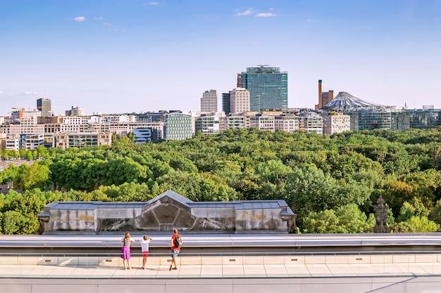 Panorama de berlín incluyendo potsdamer platz y la terraza de la azotea de los bundestags desde la cúpula del edificio del bundestag, berlín, alemania