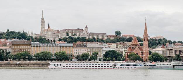 Panorama de budapest. bastión de los pescadores, iglesia de matías y casas
