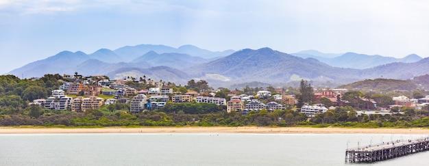 Panorama de casas de lujo y montañas en coffs harbour, nueva gales del sur, australia