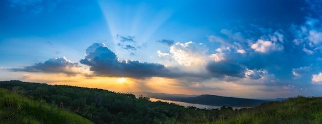 Panorama del cielo del atardecer con rayos de luz en la hora del crepúsculo