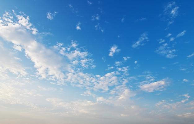 Panorama cielo azul con nubes