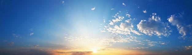 Panorama cielo azul con puesta de sol