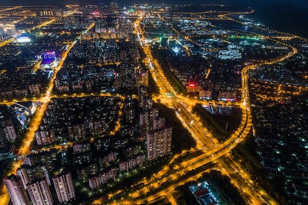 Panorama de la ciudad moderna vista nocturna