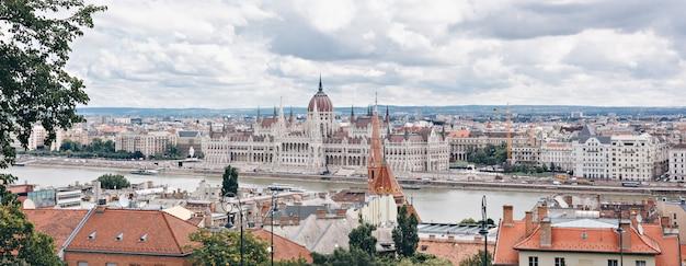 Panorama de la ciudad con el parlamento húngaro, el río danubio. budapest, hungría