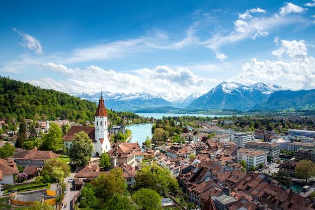 Panorama de la ciudad de thun en el cantón de berna con los alpes y el lago thunersee, suiza.
