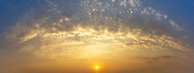Panorama dorado nubes y cielo con salida del sol