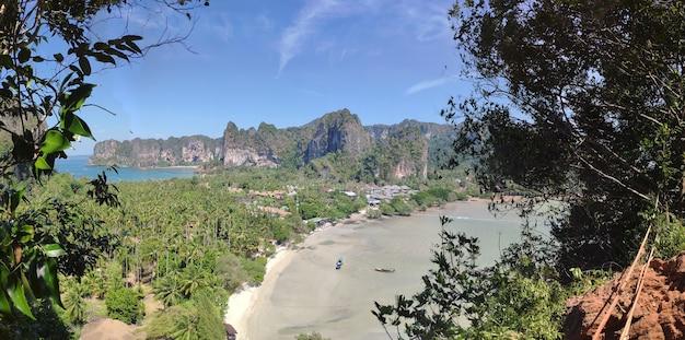 Panorama de los dos lados de la hermosa península de la playa de railay, krabi, tailandia desde el punto de vista alto