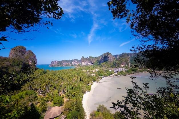 Panorama de los dos lados de la península de railay, krabi, tailandia desde un punto de vista alto