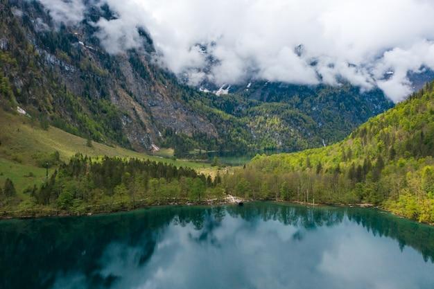 Panorama escénico de montaña con prados verdes y turquesa idílico