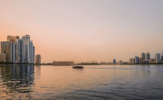 Panorama de una hermosa vista de la bahía en el golfo arábigo con vistas a sharjah.