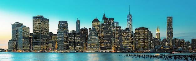 Panorama de horizonte de la ciudad de nueva york de noche