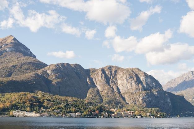 Panorama del lago de como, italia.