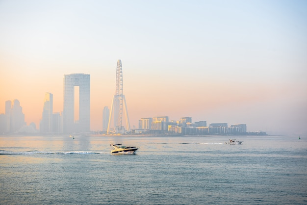 Panorama de la mañana del puerto deportivo de dubai al amanecer con barcos en el mar