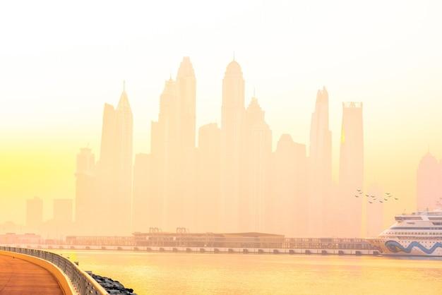 Panorama de la mañana del puerto deportivo de dubai al amanecer.