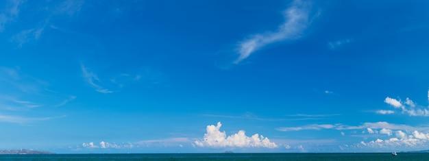 Panorama de mar y cielo