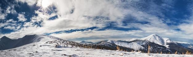 Panorama de montañas con picos nevados