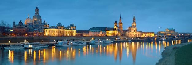 Panorama nocturno del casco antiguo de dresde con reflejos en el río elba