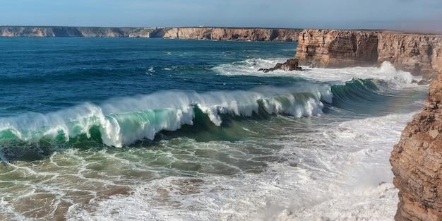 Panorama de olas gigantes en sagres.