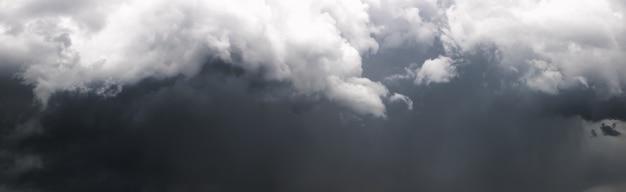Panorama del oscuro cielo tormentoso con nubes grises