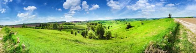 Panorama del paisaje montañoso con cielo nublado azul brillante
