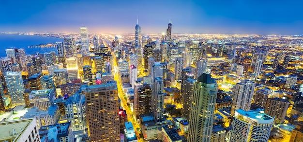 Panorama del paisaje urbano de chicago en la costa, vista nocturna