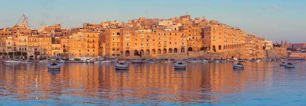 Panorama de la península de senglea en la mañana, malta