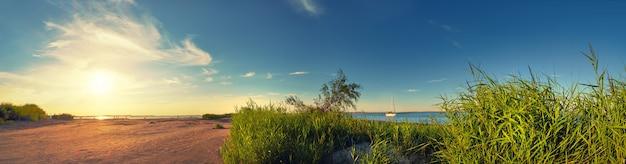 Panorama de la playa por el faro en swinoujscie, polonia