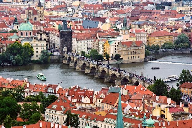 Panorama de praga con el puente de carlos y el río vltava.