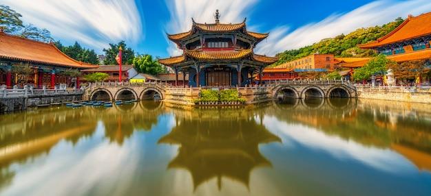 Panorama de la reflexión del templo yuantong con paseo marítimo, kunming, capital de yunnan, china
